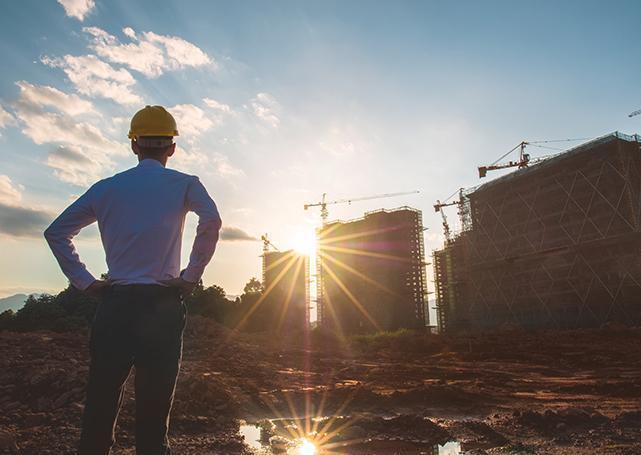 kierownik budowy patrzący nabudowę